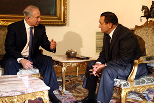 Netanyahu, left, and Mubarak discussed issues including a prisoner exchange deal [EPA]
